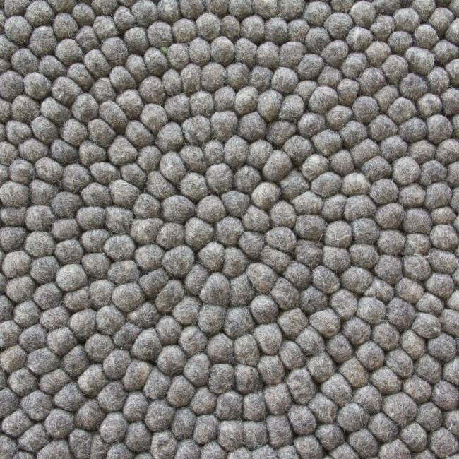 Graue filzkugelteppich aus Filz und filzkugel