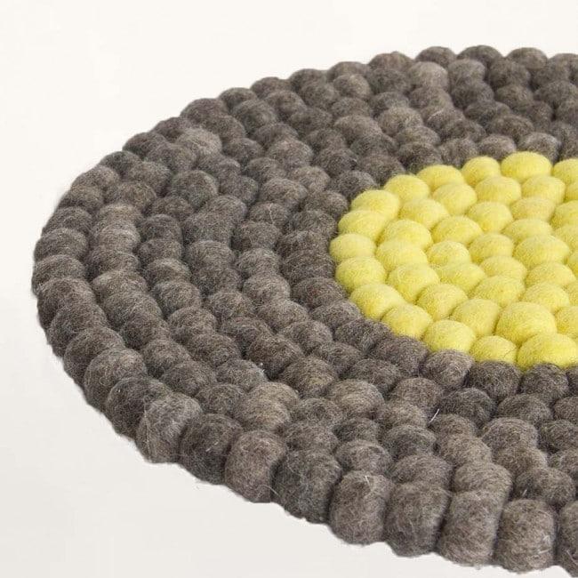 grau und gelb filzkugel stuhlkissen